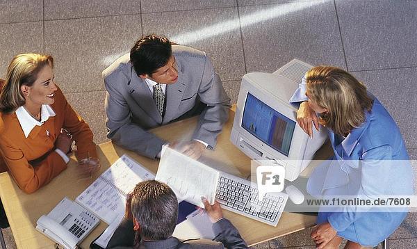 Erhöhte Ansicht der Gruppe von Geschäftsleuten in einer Besprechung diskutieren