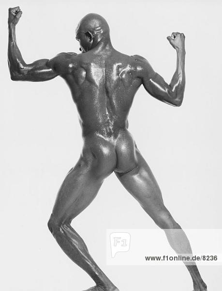 Rückansicht eines nackten muskulös Mannes beugen seine Muskeln Rückansicht eines nackten muskulös Mannes beugen seine Muskeln