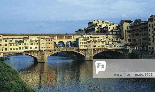 Bogenbrücke über Fluss  Ponte Vecchio  Florenz  Toskana  Italien