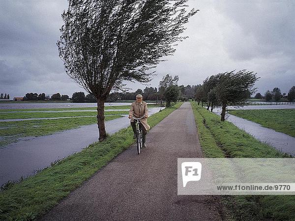 älterer Mann Veloland ein Stürmisches Wetter  Niederlande älterer Mann Veloland ein Stürmisches Wetter, Niederlande