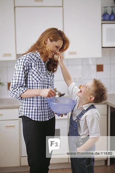 Mutter und ihrem Sohn in einer Küche
