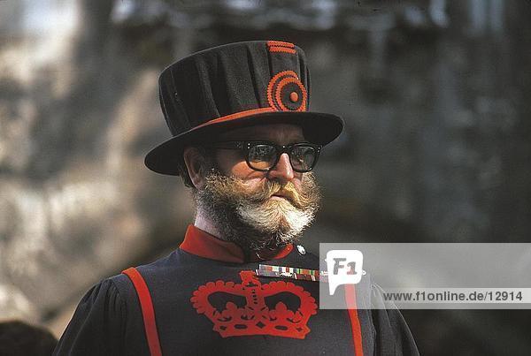Nahaufnahme der Beefeater in Uniform  Tower of London  London  England