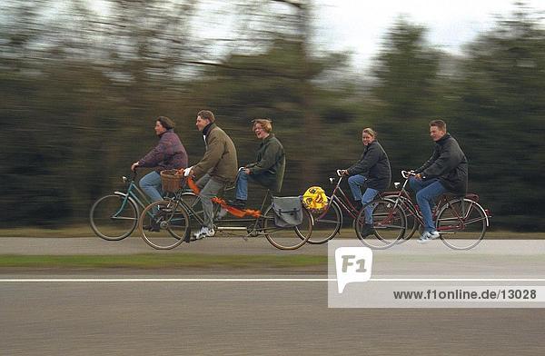 Seitenprofil von Männern und Frauen Radfahren  Niederlande