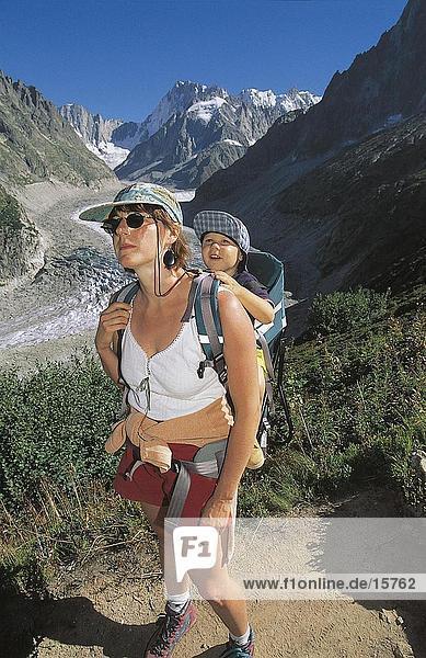 Weibliche Wanderer mit Baby auf Berggipfel  Grand Jorasses  Mont Blanc-Massiv  Frankreich