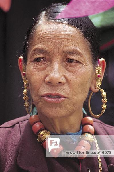 Nahaufnahme of ältere Frau tragen traditionellen Kleidung  Keylong  Ladakh  Indien