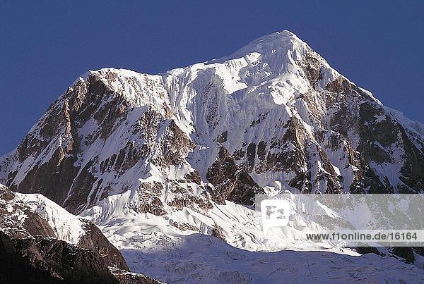 Untersicht von einem Berggipfel  Nepal