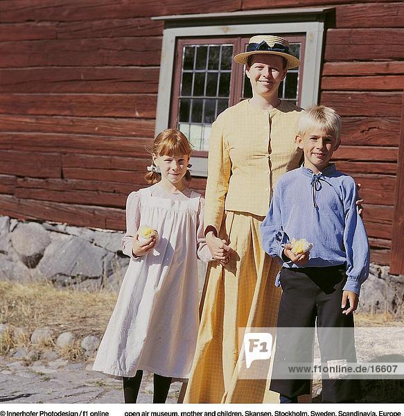 Mutter und ihren beiden Kindern beim Open air Museum, Skansen, Stockholm, Schweden