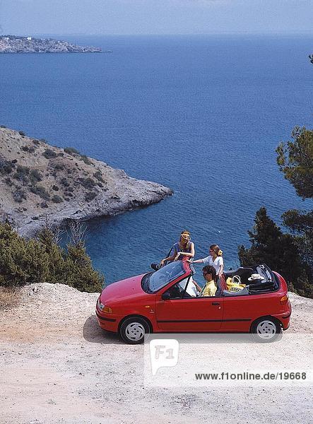 Erhöhte Ansicht einer Familie auf einer Klippe mit ein Auto