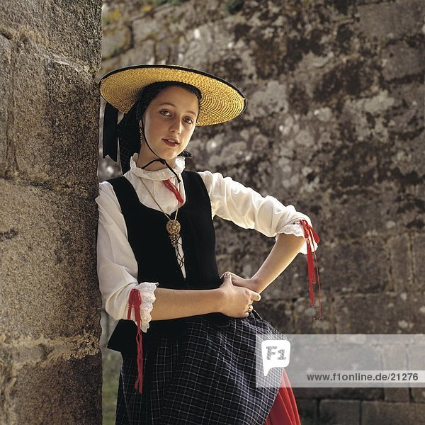 Junge Frau in traditioneller galizischen Kleidung  Santiago De Compostela  Galicien  Spanien