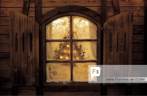 fenster beleuchtet mit weihnachtsdekoration lizenzpflichtiges bild bildagentur f1online 22294. Black Bedroom Furniture Sets. Home Design Ideas