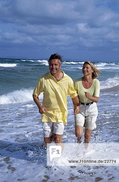 Paar unter Wasser am Strand