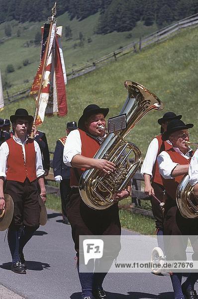 Gruppe der Musiker spielen Musikinstrumente  Rennweg am Katschberg  Kärnten  Österreich