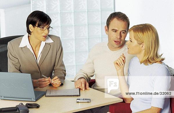 Junges paar consulting mit eine geschäftsfrau