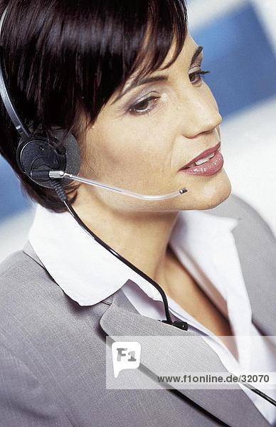 Nahaufnahme der geschäftsfrau tragen eine headset
