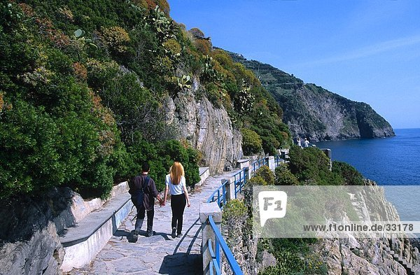Paar Wandern am Gehweg  Via Dell Amore  Manarola  Cinque Terre  Ligurien  Italien