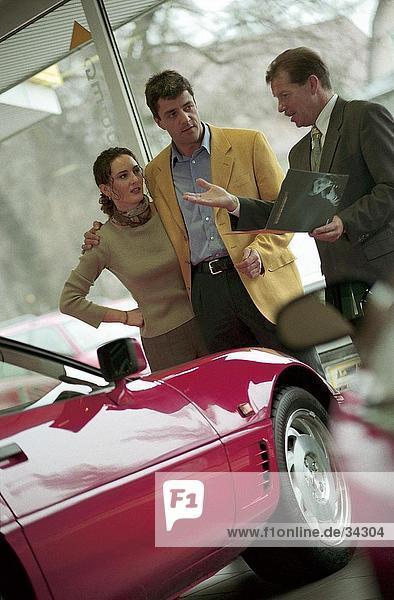 Auto-Händler zeigt ein Auto  ein paar