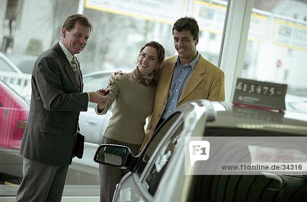 Autohändler Übergabe Autoschlüsseln zu ein paar