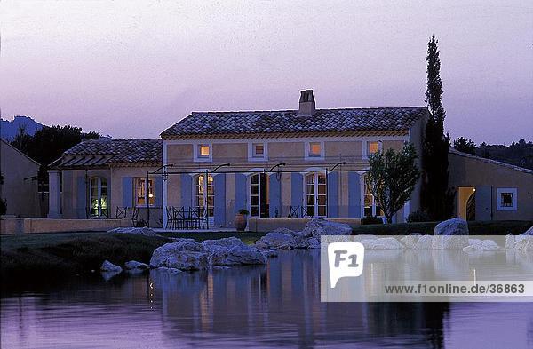 abendlicht bauwerk beleuchtet franz sische riviera binnenmeer europa frankreich. Black Bedroom Furniture Sets. Home Design Ideas