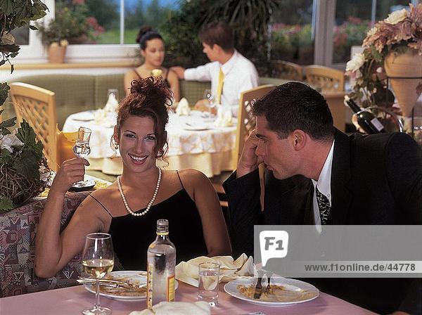 Junger Mann Blick auf junge Frau lächelnd in restaurant