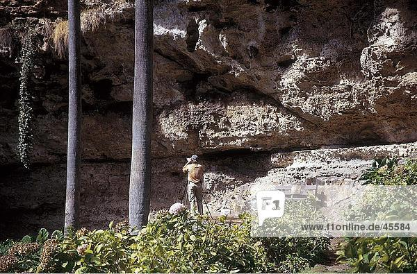 Fotograf an Kalkfelsen  Umpherston Sinkhole  Mount Gambier  Australien