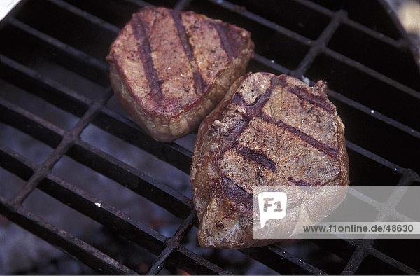 Erhöhte Ansicht Steaks auf eine Barbecue-Grill  Yukon  Alaska  Kanada  USA