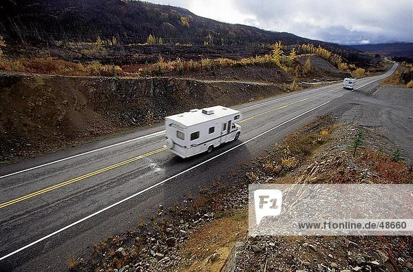 Erhöhte Ansicht des Camper auf Straße  Klondike Highway  Yukon  Kanada
