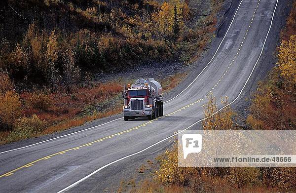 LKW auf Road  Klondike Highway  Yukon  Kanada