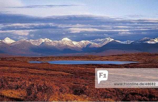See mit Gebirge im Hintergrund  Denali Highway  Alaska Range  Alaska  USA