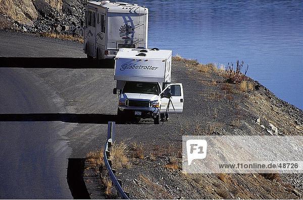 Erhöhte Ansicht des Camper am Straßenrand  Kluane National Park  Yukon  Kanada