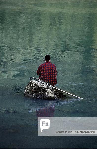 Rückansicht des Fischer Fischen im Fluss  Chilkoot  Haines  Alaska  USA