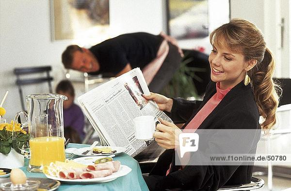 Seitenprofil Frau dem Frühstück