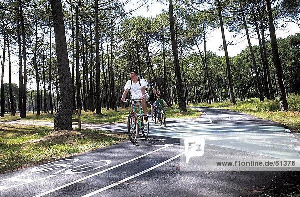 Radfahrer in Aktion auf Radweg  Sanguinet  Frankreich