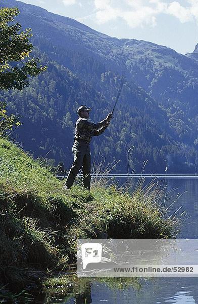 Seitenansicht Mann Fliegenfischen am Seeufer