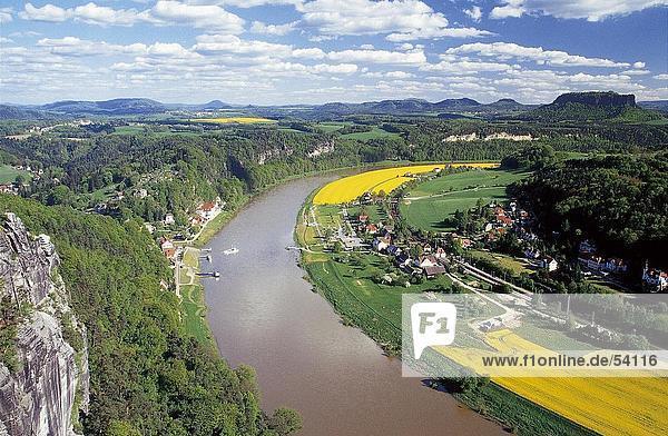 Erhöhte Ansicht der Fluss  der durch Tal  Elbe River  Bastei  Niedersachsen  Deutschland