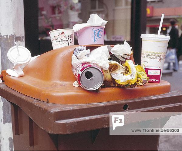 Abfälle Trödelnahrung im Garbage can