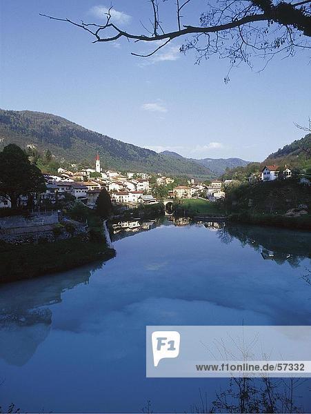 Blauer Himmel und Stadt spiegelt sich in den Fluss  Soca  Soca  Slowenien