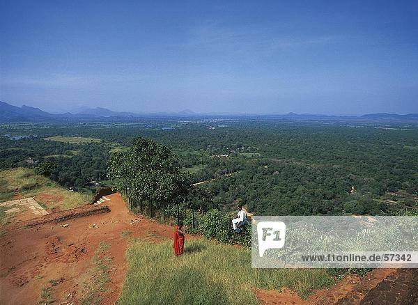 Zwei Personen auf einem Hügel mit Blick auf ein Tal  Sigiriya  Sri Lanka