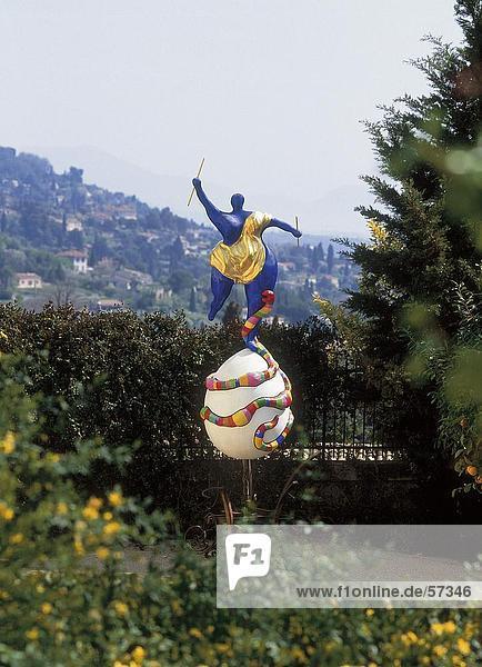 Skulptur im Park  Niki de Saint Phalle  Cote d ' Azur  Frankreich