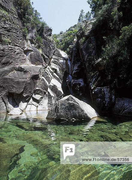 Bach fließt durch Felsen  Portugal