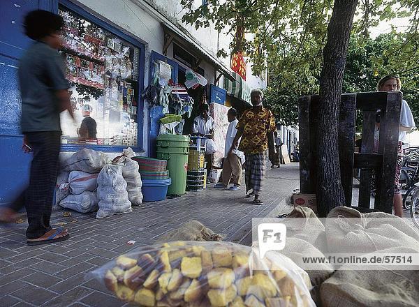 Männer an Straßenmarkt  Malediven