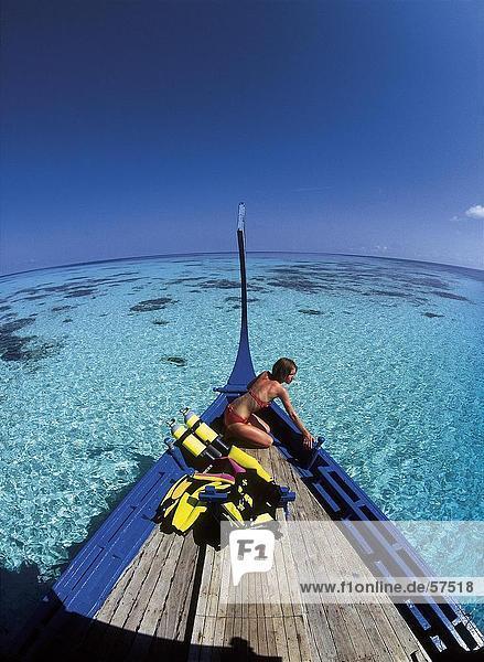 Frau in einem Boot mit Scuba Diving Zahnräder  Malediven