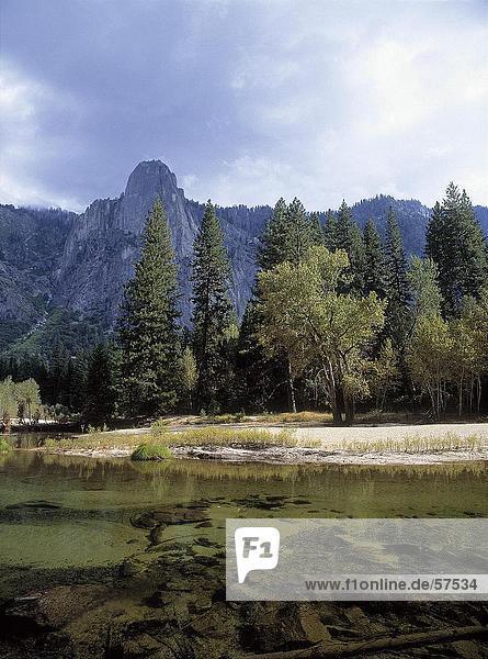See in einer Gesamtstruktur  Yosemite-Nationalpark  Kalifornien  USA