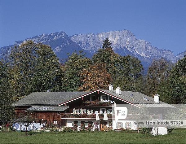 Bauernhof Gebäude im Feld  Berchtesgaden  Bayern  Deutschland