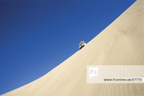 Untersicht eines SUV in der Wüste