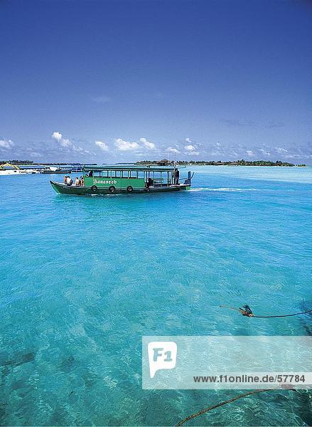 Menschen auf einer Tour Boot im Meer  Dhigufinolhu  Malediven