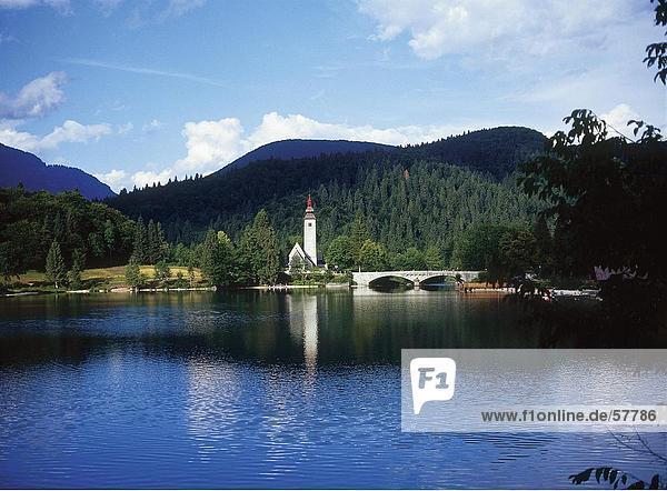 Bogenbrücke in der Nähe einer Kirche durch den Fluss  Nationalpark Triglav  See Bohinj  Slowenien