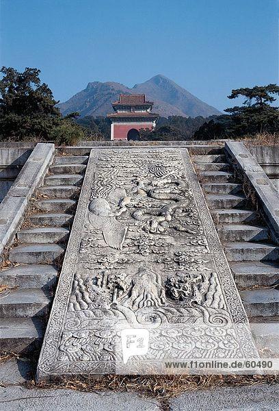 China  Peking  Stone carving über Stufen vor der Ming-Gräber