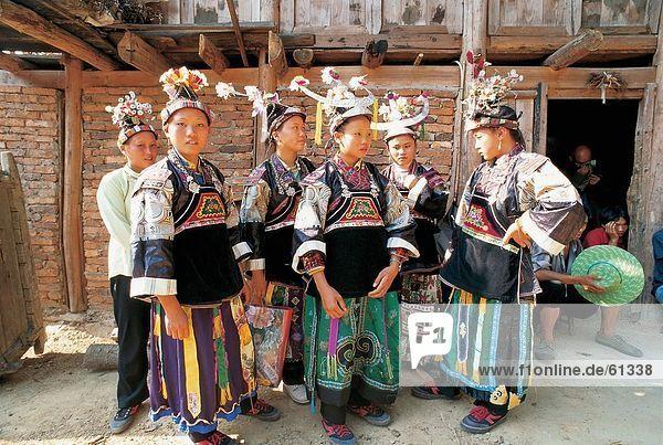 China  Yi Ethnisches Erscheinungsbild  Frau in Kostüm