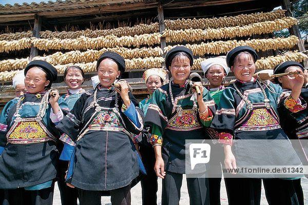 China  Shui Ethnisches Erscheinungsbild  Frauen im Kostüm