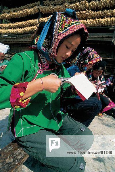 China  Jino Ethnic  Frau stehend in Kostüm